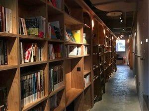 BookAndBedTokyo京都店の蔵書数は多い