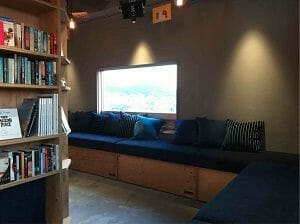 BookAndBedTokyo京都店の読書スペース