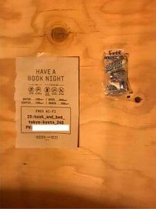 BookAndBedTokyo京都店のBookShelfの中の注意書き