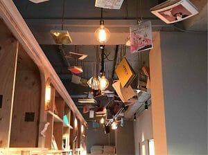 BookAndBedTokyo京都店は天井からも本が
