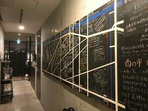 カンガルーホテルの廊下には手書きの案内表示