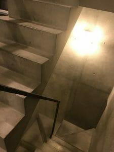カンガルーホテルの階段はコンクリート打ちっぱなし