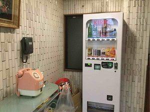 ビジネスホテル加賀舎の1階にはピンク電話
