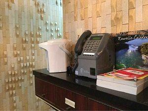 ビジネスホテル福田屋のフロントの前に公衆電話が置かれている