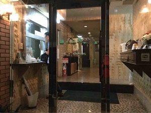 ビジネスホテル福田屋の入口とフロント