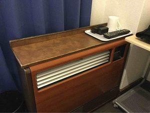 エコノミーホテルほていやの客室には年代物の例暖房器具