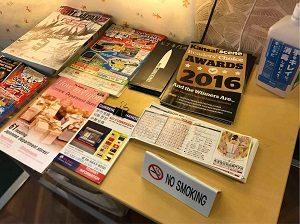 ビジネスホテルみかどラウンジには訪日観光客向けのパンフレット多数