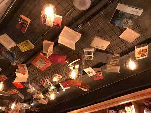 BookAndBedTokyo池袋店の天井からは無数の本が