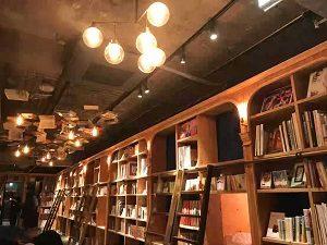BookAndBedTokyo池袋店の本棚は巨大