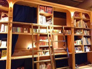 BookAndBedTokyo池袋店は本棚の中に寝床があるよう