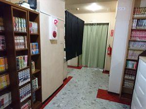 ニュー栃木屋の1階には大量のマンガも