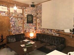 ヨコハマホステルヴィレッジのラウンジには宿泊した人の写真が
