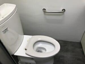 ヨコハマホステルヴィレッジの男子トイレ個室内