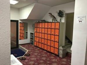 ビジネスホテルJステーションのフロント向かいの靴箱