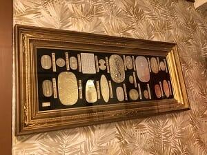 東京SA旅館の共用スペースには小判のレプリカが飾られている.