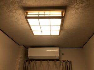 東京SA旅館の和室シングルの電灯は和風
