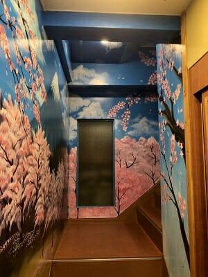東京SA旅館の階段には桜の絵が