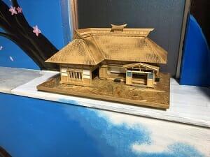東京SA旅館の階段踊場には家屋の模型も