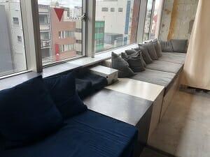 BookandBedTokyo浅草店には広々したソファーも