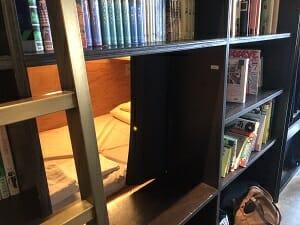 BookandBedTokyo浅草店のお部屋は本棚の中に