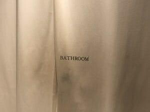 BookandBedTokyo浅草店のカーテンの先がシャワーとトイレ