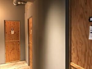 BookandBedTokyo浅草店のシャワールームは木の扉
