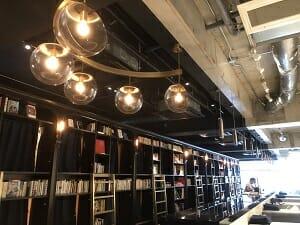BookandBedTokyo浅草店の天井からは淡いライトが